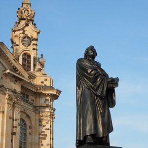 Busreisende am Martin Luther Denkmal