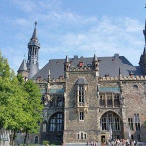 Schulklasse vor Rathaus Aachen