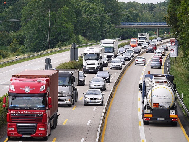Gemieteter-Reisebus-mit-Fahrer-auf-Autobahn